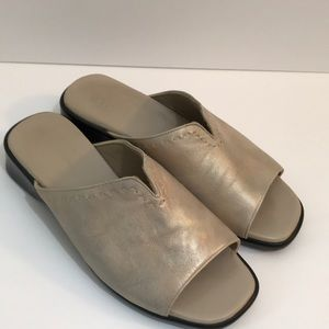 Munro American made leather slides Size 7
